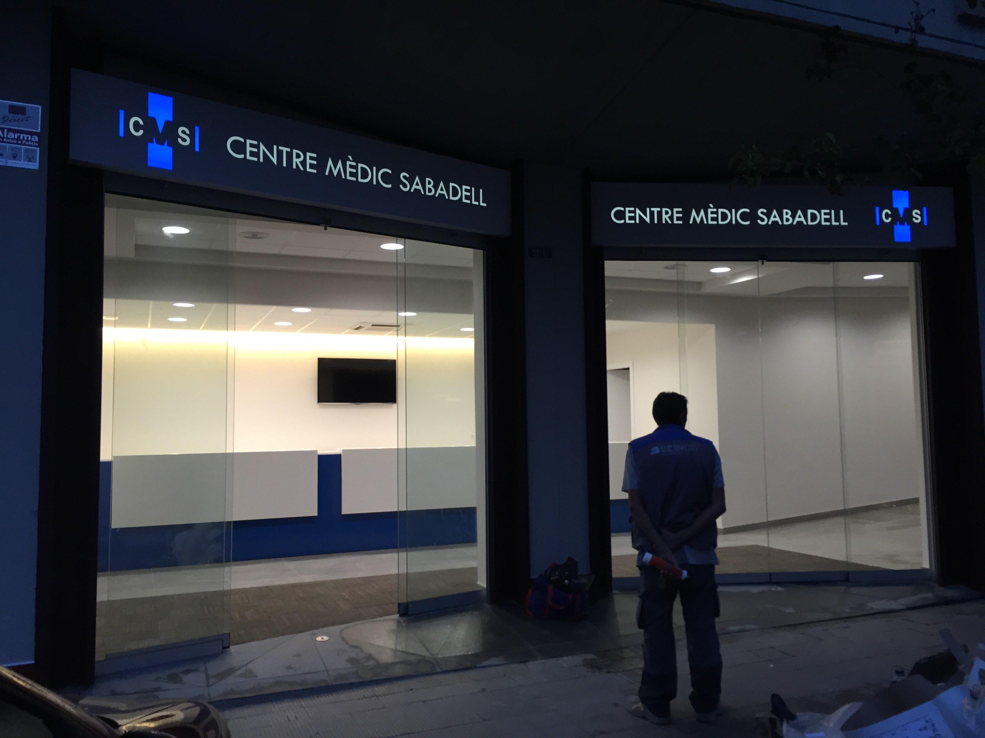 Centro médico en Sabadell planos fachada iluminada
