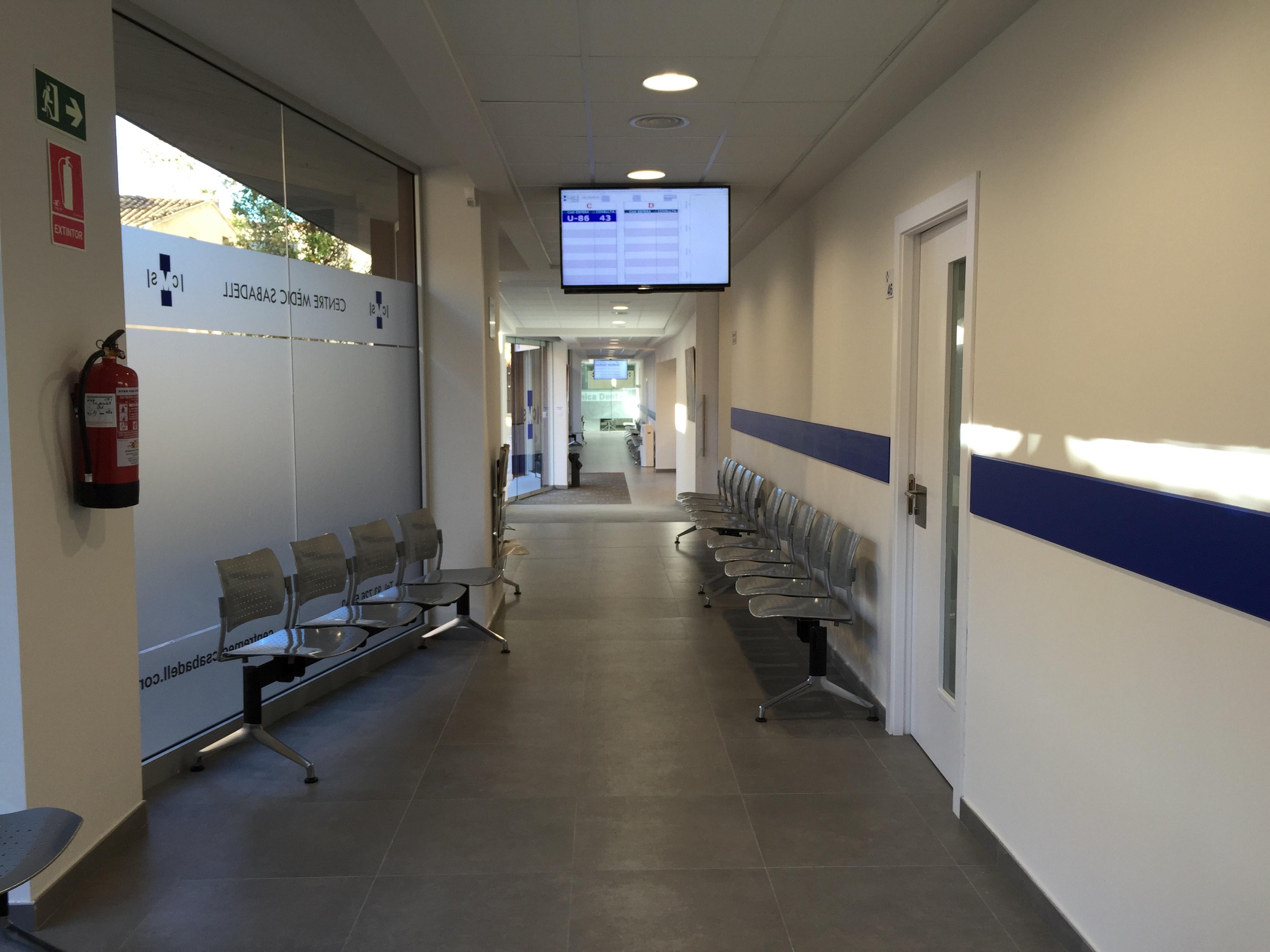 Centro médico en Sabadell pasillo con TV